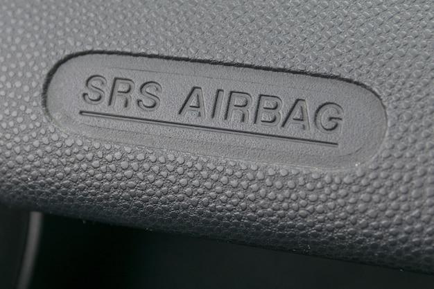 Makro eines airbagzeichens auf einem armaturenbrett