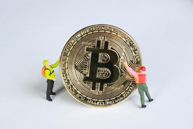 Makro-miner-figuren, die an bitcoin arbeiten. virtual cryptocurrency mining-konzept