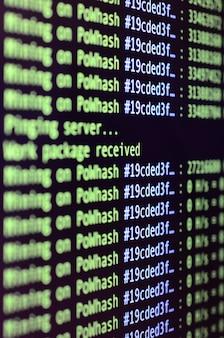 Makro-momentaufnahme der programmschnittstelle für kryptowährungs-mining auf dem monitor