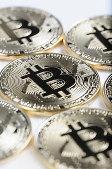Makroansicht von glänzenden bitcoin-andenkenmünzen