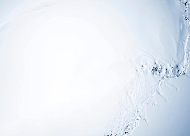 Makroaufnahme der transparenten flüssigkeit auf hellem hintergrund