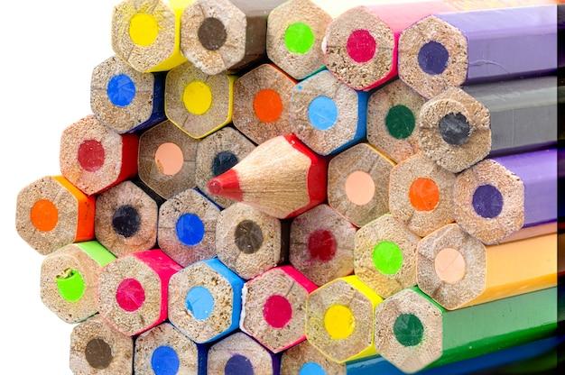 Makroaufnahme vieler farbstifte lokalisiert auf weißem hintergrund. schöne buntstifte sind schöne kunst Premium Fotos