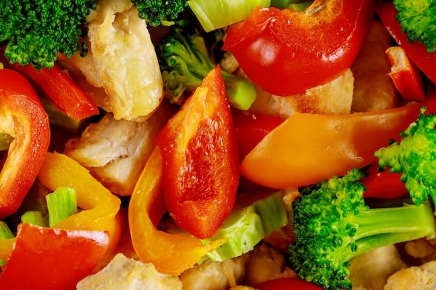 Makroaufnahme von gehacktem gemüse und huhn für salat