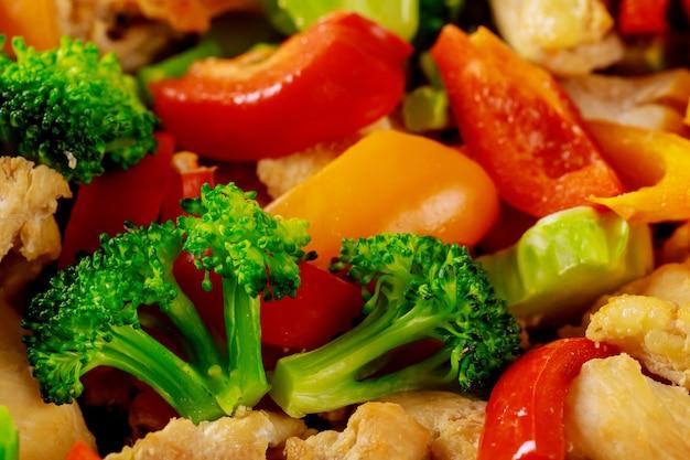 Makroaufnahme von gehacktem und gemischtem frischem gemüse für salat