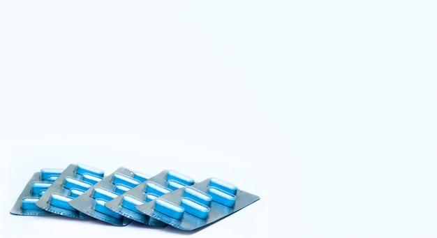 Makroaufnahme von tablettenpillen in blisterpackungen