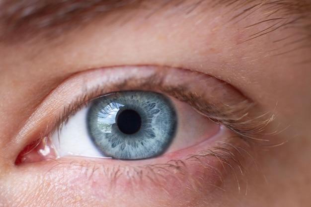 Makrobild eines menschlichen auges in der grauen farbe der iris