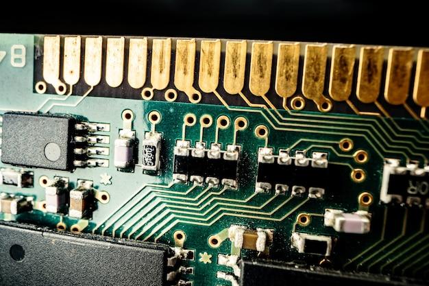 Makrofoto der elektronischen leiterplatte im computer schließen