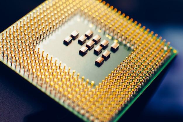 Makrofoto des computermikroprozessors auf blauem hintergrund