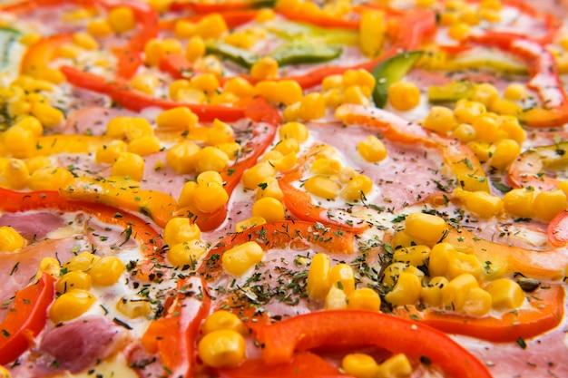 Makrofoto von mais mit gurke und käse auf pizza