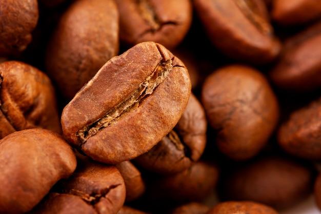 Makrofotografie von kaffeebohnen, die textur von kaffeebohnen. geröstete kaffeebohnen auf einem dunklen hintergrund