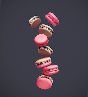 Makronen auf farbigen, zusammensetzung von bunten französischen keksen macarons in der luft