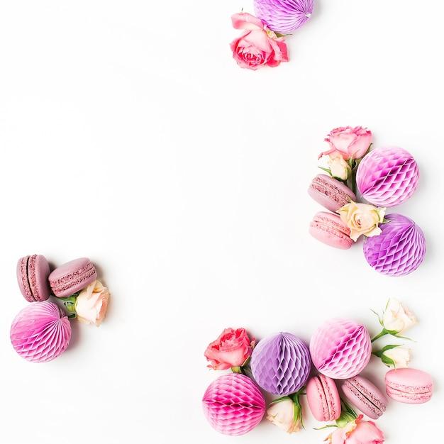 Makronen mit wabenkugeln und blumen. schöne anordnung süß und dekoration.