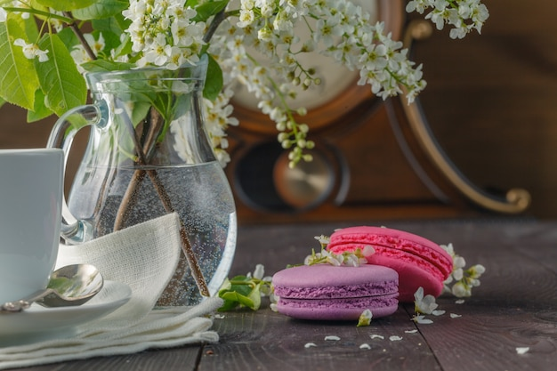 Makronen und frühlingsblüte