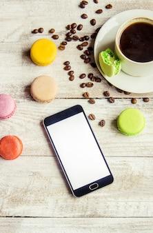 Makronen und kaffee. frühstück. selektiver fokus essen.