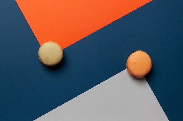 Makronenkuchen oder makrone auf verschiedenfarbigem papier, draufsicht.