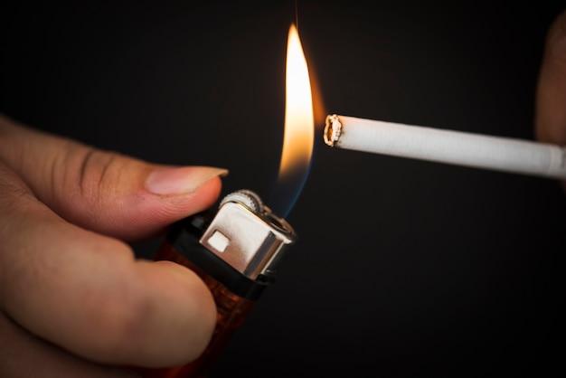 Makroschuß der hand feuerzeug halten