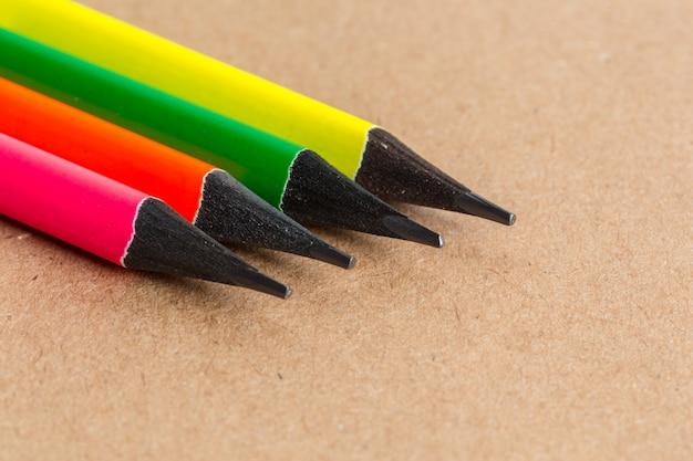 Makroschuß des farbbleistiftstapelbleistifts