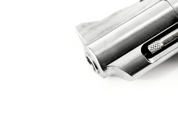 Makroschuß des gewehrs getrennt auf weißem hintergrund