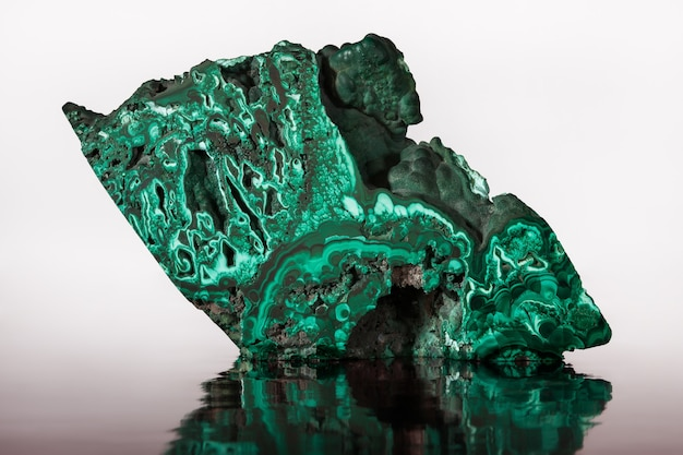 Malachit, großer grüner kristall.