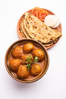 Malai kofta curry ist ein indisches gericht mit gebratenen kartoffel-quark-bällchen in zwiebel-tomaten-sauce mit gewürzen