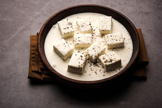 Malai paneer kali mirch oder kalimirch, zubereitet in einer weißen cremigen soße und darüber gestreutem schwarzem pfefferpulver. in einer schüssel serviert. selektiver fokus