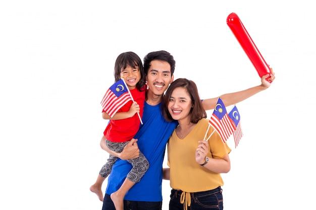 Malaiische frau, die malaysia-nationalflagge mit ehemann hält