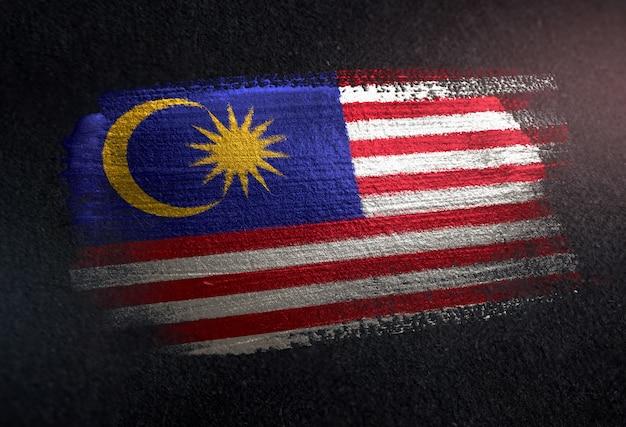 Malaysia-flagge gemacht von der metallischen bürsten-farbe auf dunkler wand des schmutzes