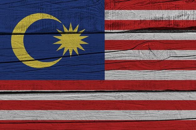 Malaysia flagge gemalt auf altem holzbrett