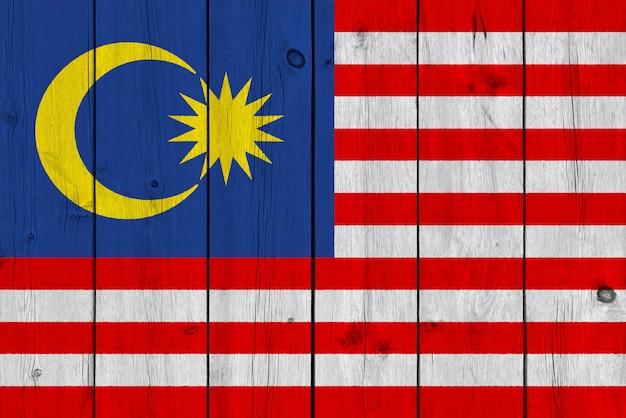 Malaysia-flagge gemalt auf alter hölzerner planke