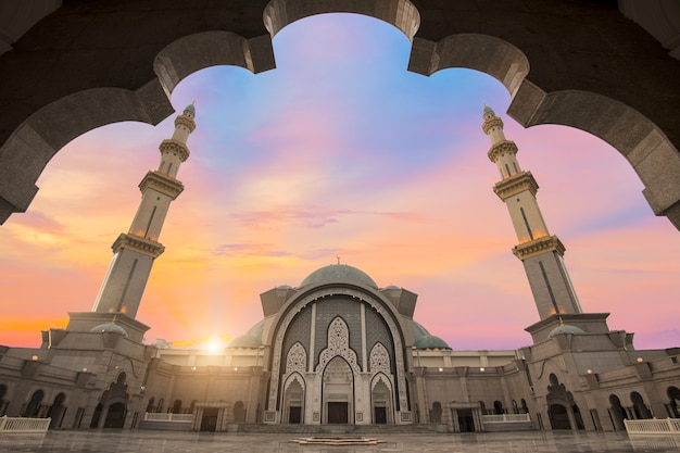 Malaysia-moschee mit moslems beten in malaysia, asiatisch