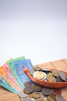 Malaysia ringgit anmerkung und münzen lokalisiert auf weißem hintergrund.