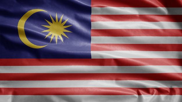 Malaysische flagge, die im wind weht. malaysia banner weht, weiche und glatte seide.