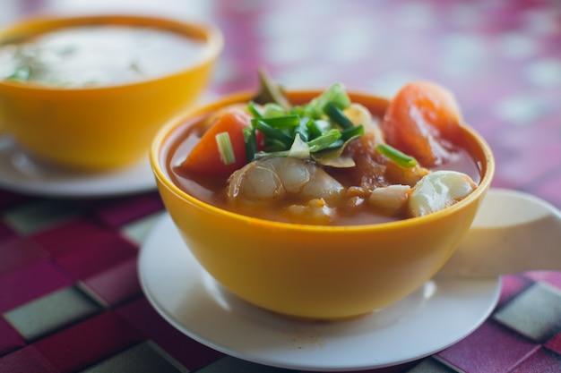 Malaysische meeresfrüchte auf der platte.