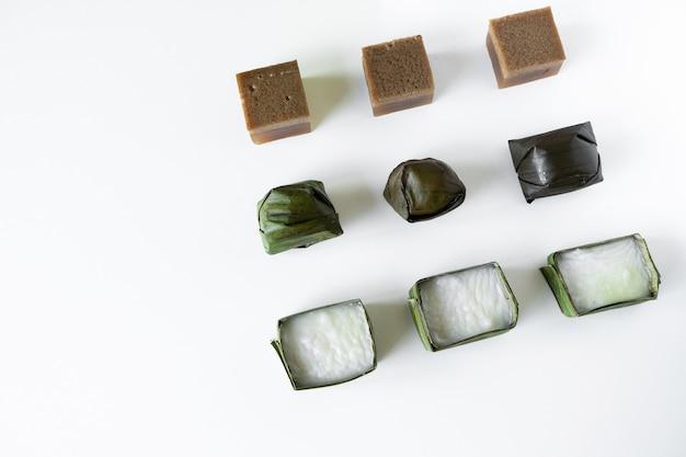Malaysisches essen. schokoladengelee, kuih koci und kuih tepung pelita.
