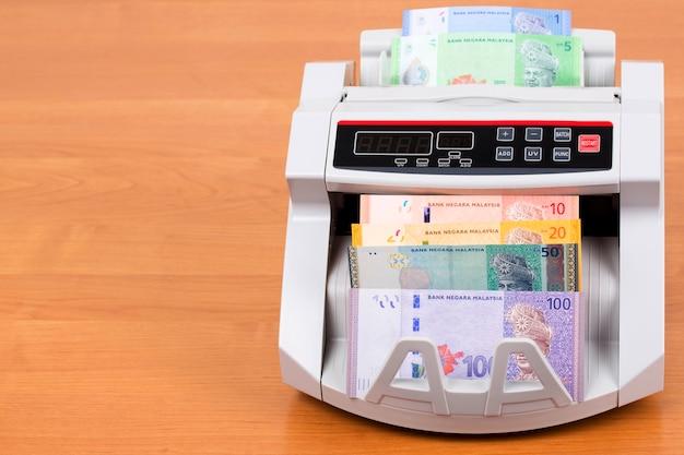Malaysisches geld in einer zählmaschine