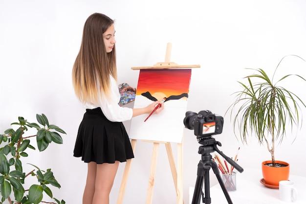 Malen des bildes der jungen frau, das online-inhalt auf weißem hintergrund mit kopienraum schafft