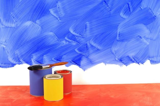 Malen einer blauen wand
