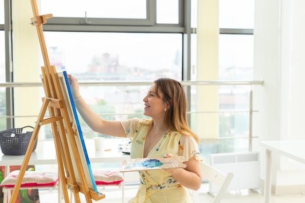 Malen kunstkurse zeichnen kurse fähigkeiten fantasie und inspiration charmante studentin