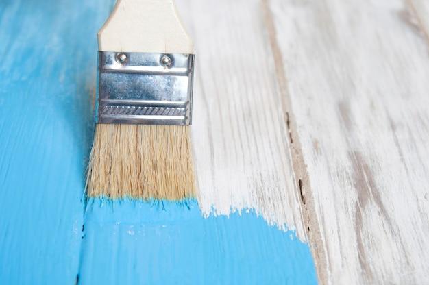 Malen sie alte weiße tafeln mit blauer farbe