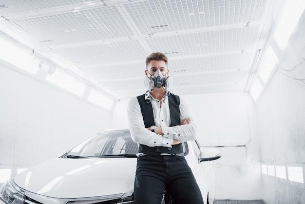 Malen sie ein auto in einem geräumigen autoservice