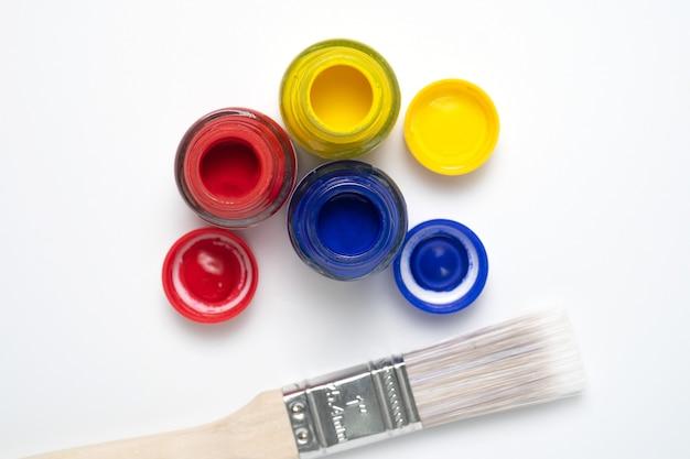 Malen sie farben in die rohre und einen pinsel.