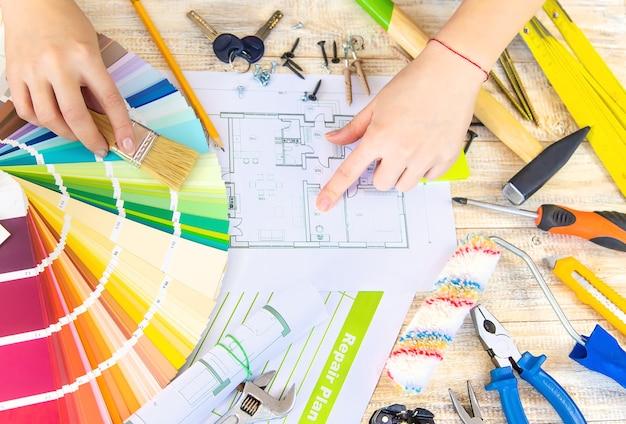Malen sie palettenhausplan und reparieren sie werkzeuge. selektiver fokus. farbe.