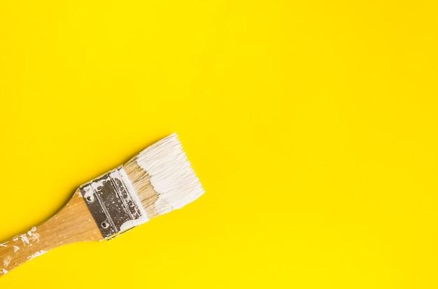 Malen sie pinsel auf papierfarbtextur-hintergrundkunstkonzept