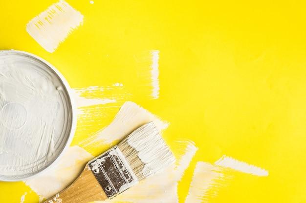 Malen sie pinsel auf papierfarbtexturhintergrund