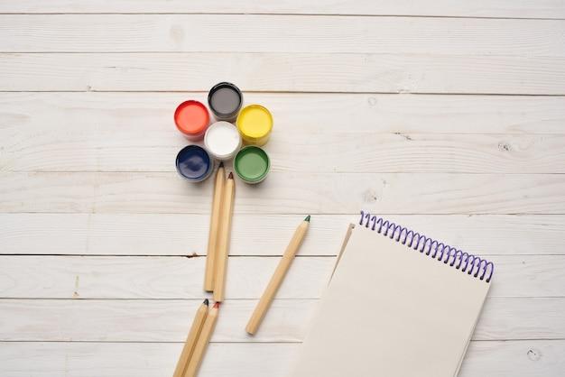 Malen sie zeichnung kreativen lernholzhintergrund