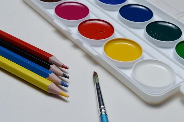 Malen sie zum zeichnen von aquarell, bleistiften und pinsel. auf weißem hintergrund.
