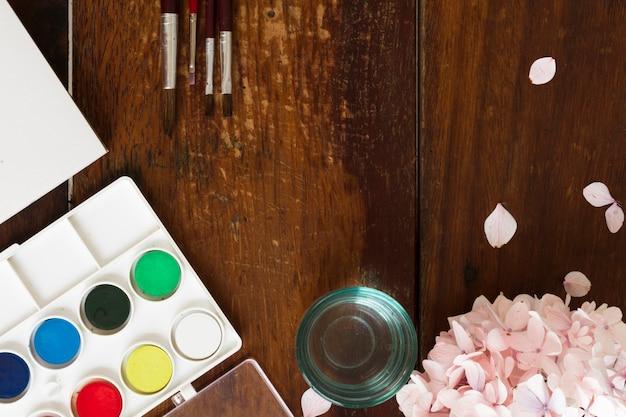 Malendes aquarell und bürsten am kunstarbeitsplatz