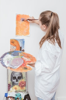 Maler, der mit malerei im studio arbeitet
