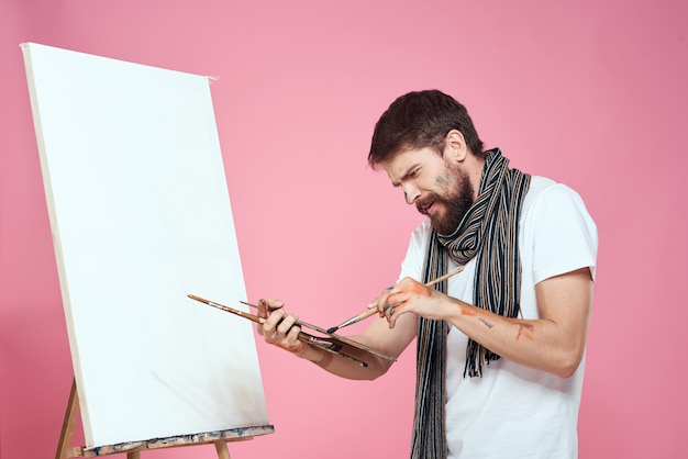 Maler, der palettenzeichnung kunst staffelei hobby kreativität rosa hält