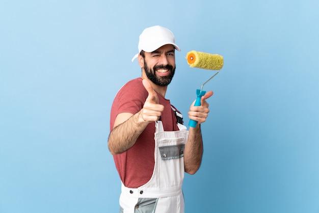 Maler mann mit walze. innenrenovierungsarbeiter